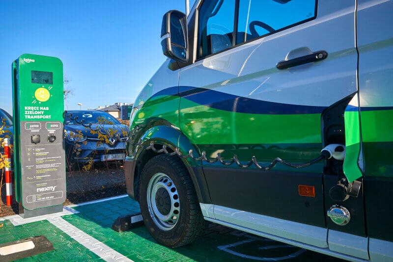 Zabka-ekosklep-zielony-transport-ladowarka.jpg