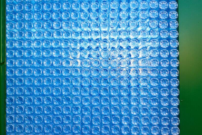 Zabka-ekosklep-drugie-zycie-sciana-z-butelek.jpg